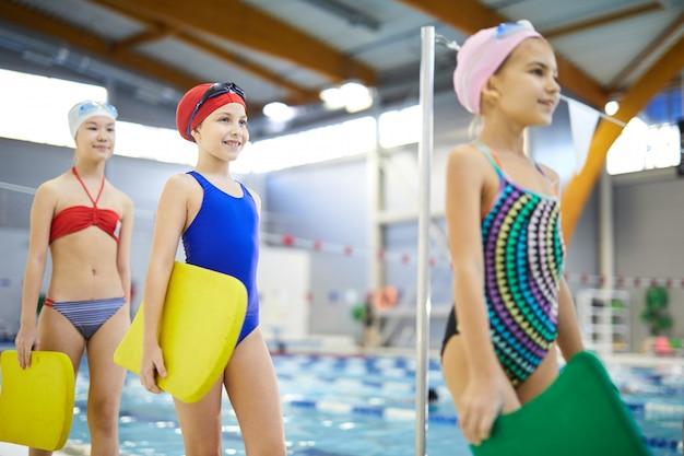 Las niñas van a nadar