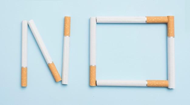 Ningún texto hecho con cigarrillos contra el fondo azul