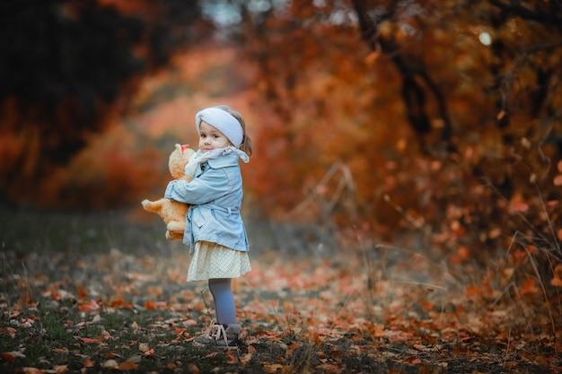 Un niño de 5 años solo en el bosque