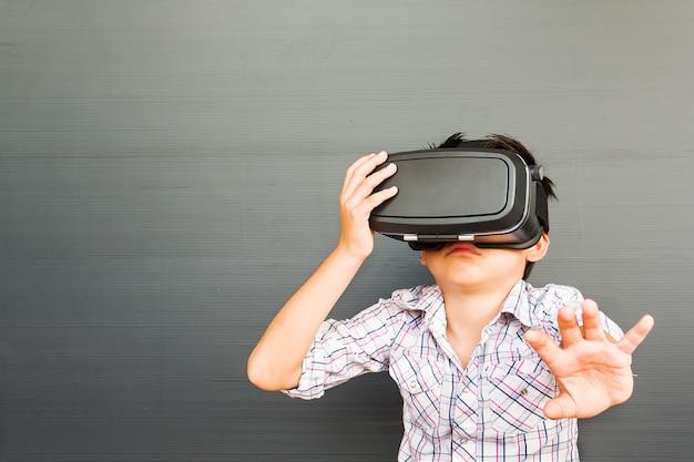 Niño de 7 años jugando al juego de realidad virtual vr.