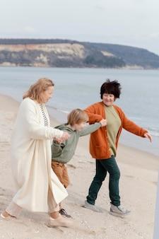 Niño y abuelas felices de tiro completo
