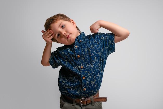 Niño se aferra a la cabeza y muestra sus bíceps