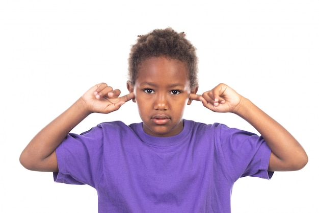 Niño africano cubriendo sus oídos