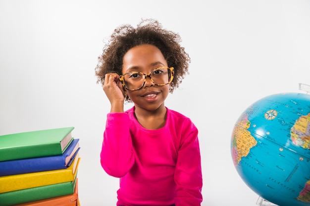 Niño afroamericano en vasos en estudio