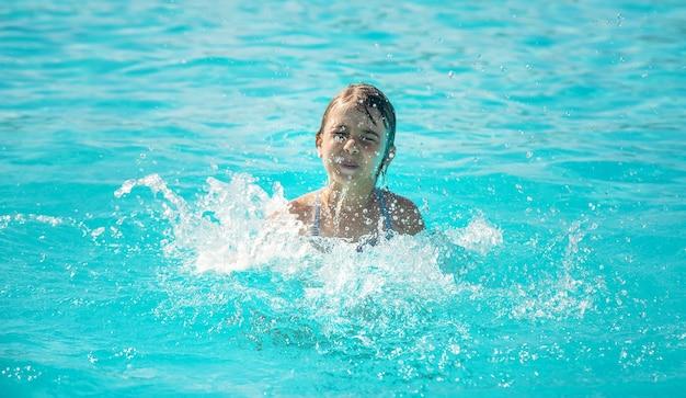 El niño se está ahogando en el mar. enfoque selectivo. naturaleza.