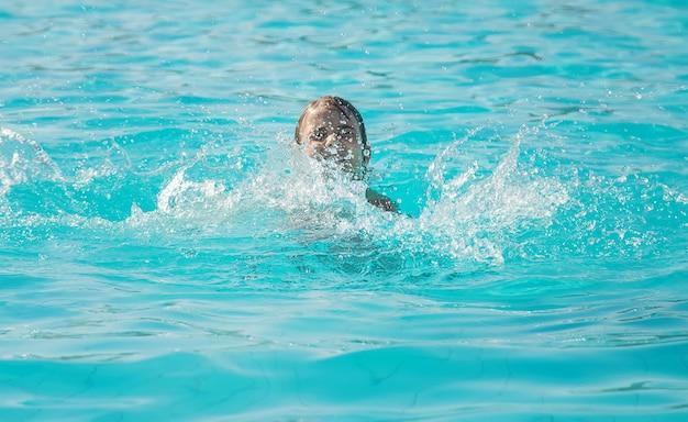 El niño se está ahogando en el mar. enfoque selectivo.
