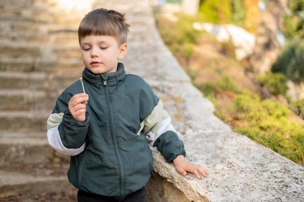 Niño al aire libre con diente de león