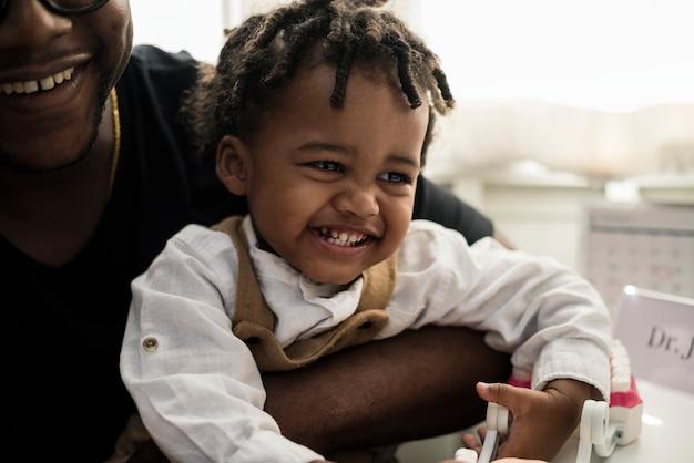 Niño alegre en un hospital