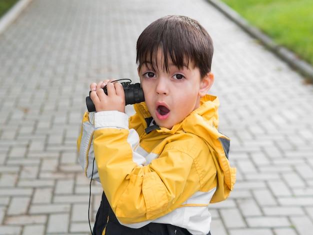 Niño de alta vista con expresión de la cara divertida