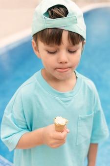 Niño de alto ángulo comiendo helado