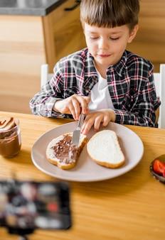 Niño de alto ángulo haciendo comida