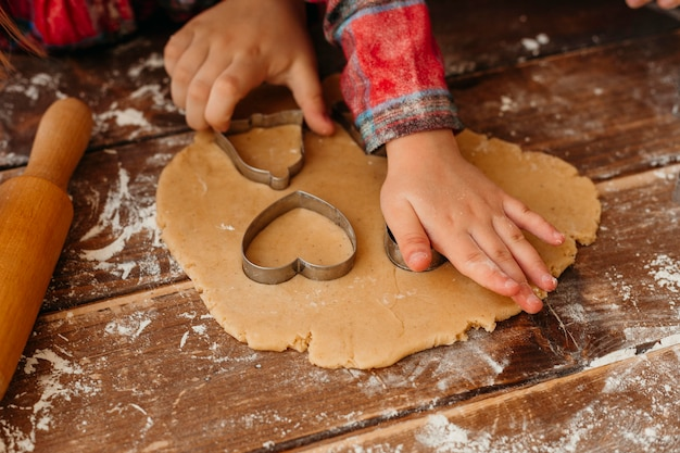 Niño de alto ángulo haciendo galletas