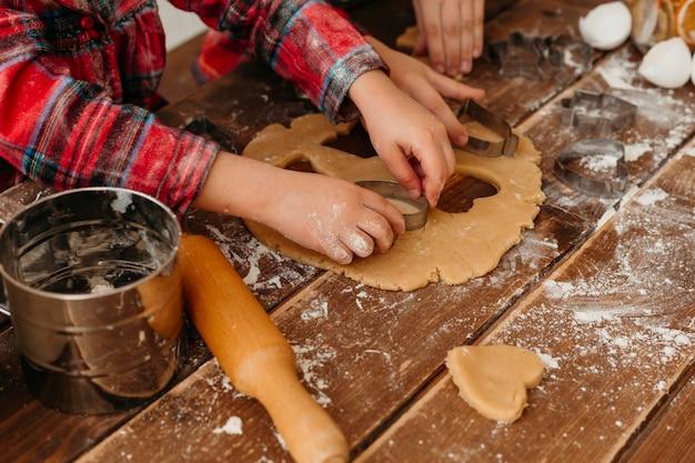 Niño de alto ángulo haciendo primer plano de las galletas