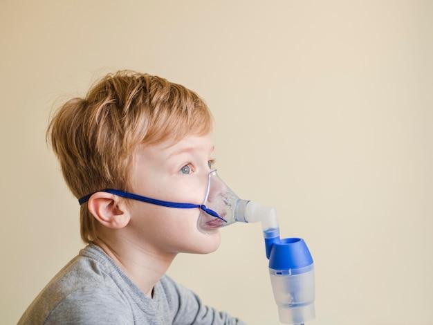 Niño de alto ángulo con máscara de oxígeno