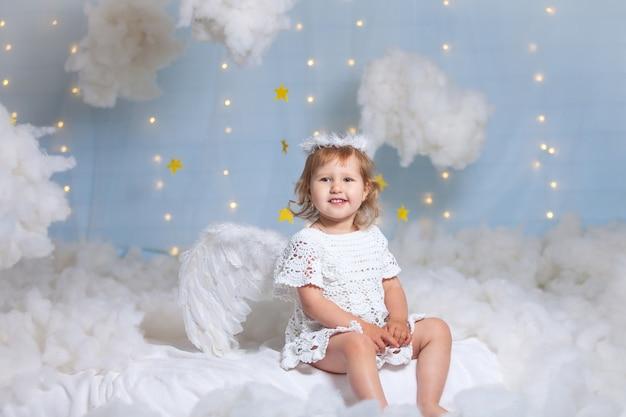 Niño ángel con alas