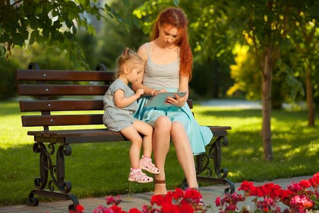 El niño aprende a usar la tableta.