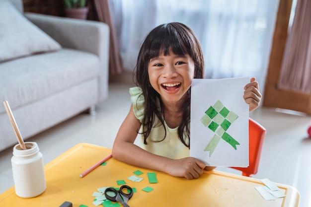 Niño asiático haciendo tarjeta eid mubarak