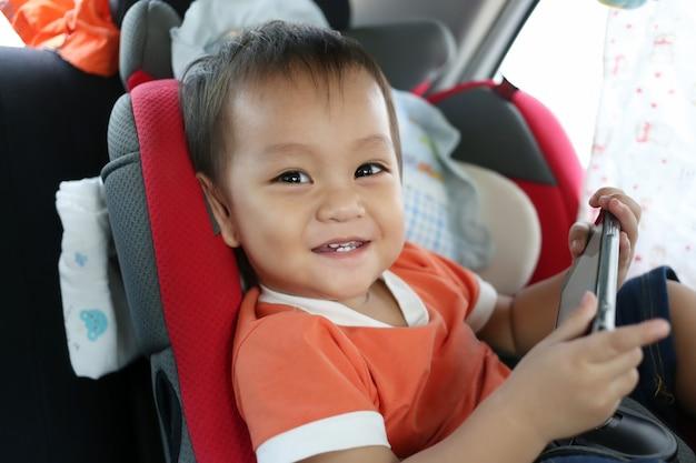 Un niño asiático se ríe alegremente.