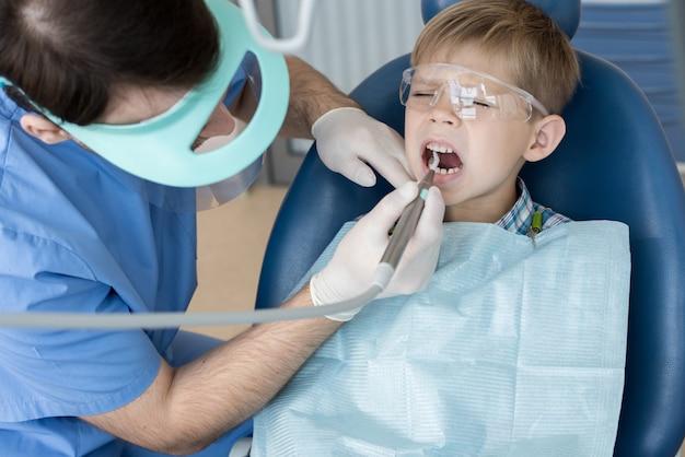 Niño asustado en dentistas