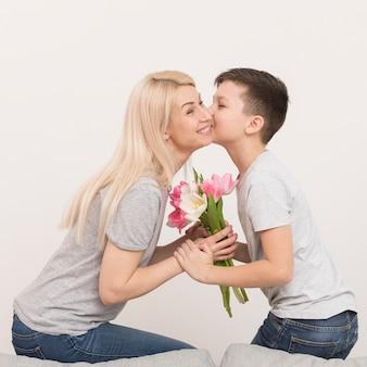 Niño besando a su madre