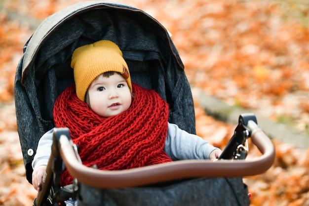 Niño con una bufanda de punto roja. foto de alta calidad