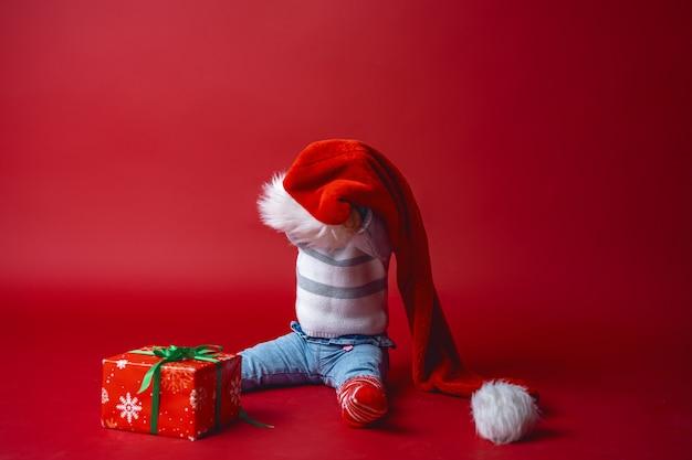 Niño con una caja de regalo
