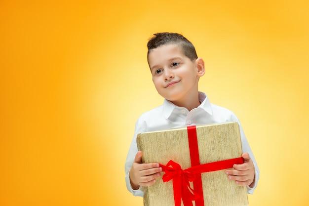 El niño con caja de regalo
