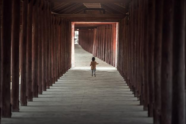 Niño caminando solo