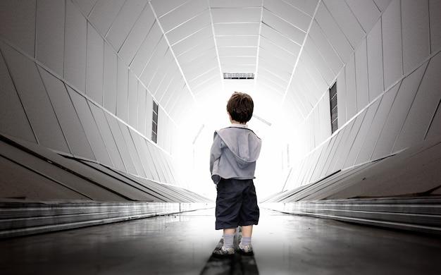 Niño caminando hacia el túnel.