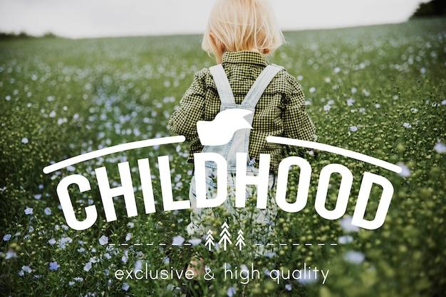 Niño en un campo de flores