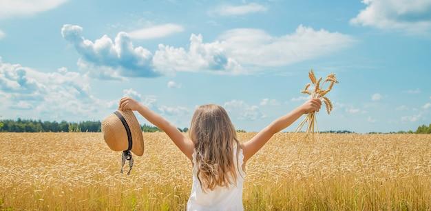 Un niño en un campo de trigo.