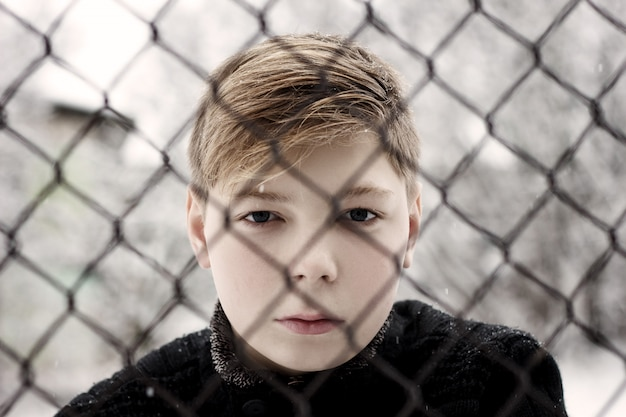 Niño en la cárcel, el adolescente solitario, el concepto semeynogo relaciones y justicia.