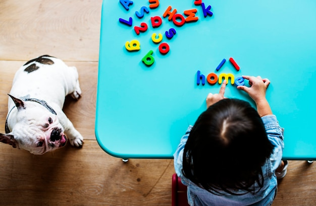 Niño en casa jugando con letras