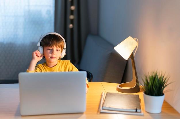 Niño en casa tomando cursos virtuales