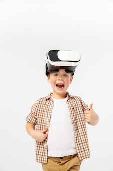 Niño con casco de realidad virtual