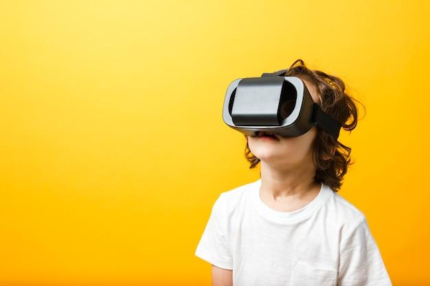 Niño en casco de realidad virtual