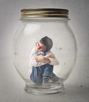 Niño en una celda de vidrio