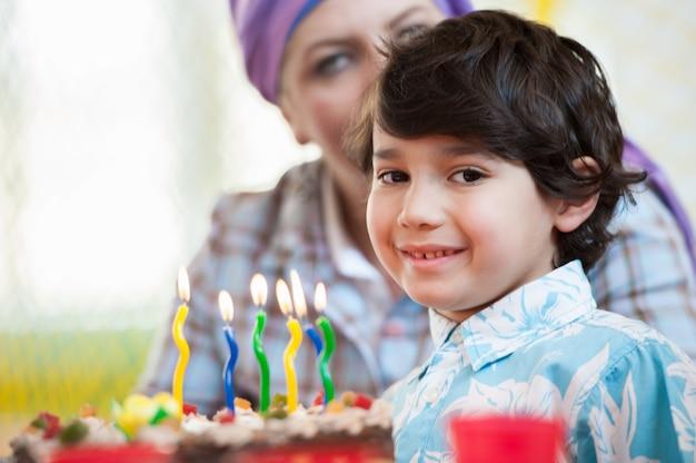 Niño celebrando su cumpleaños con sus amigos