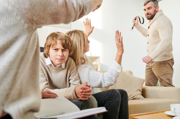 Niño ceñudo que sufre violencia en la familia