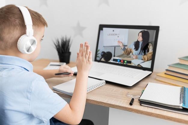 Niño de cerca durante la clase en línea