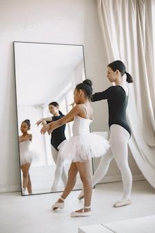 . niño en clase de baile con teatcher.