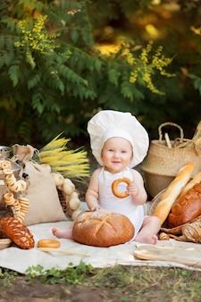 Niño cocina una ensalada de verduras en la naturaleza. jardinero recoge una cosecha de verduras. entrega de productos