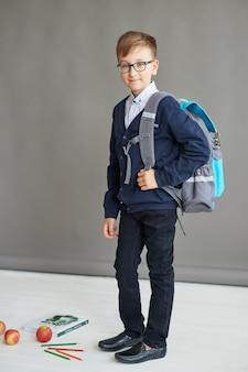 Niño colegial en clase