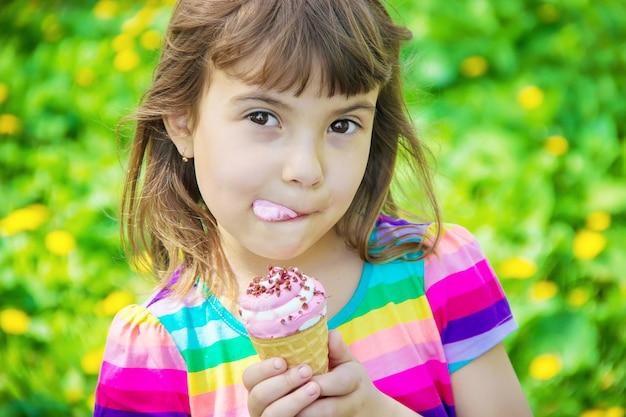 El niño come helado. enfoque selectivo