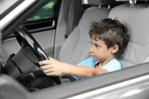 Niño conduciendo el coche de los padres