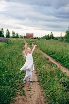 El niño corre y salta por un sendero en el campo