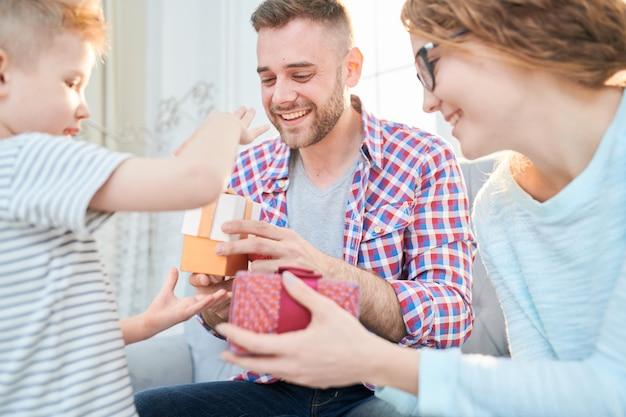 Niño dando regalos a los padres