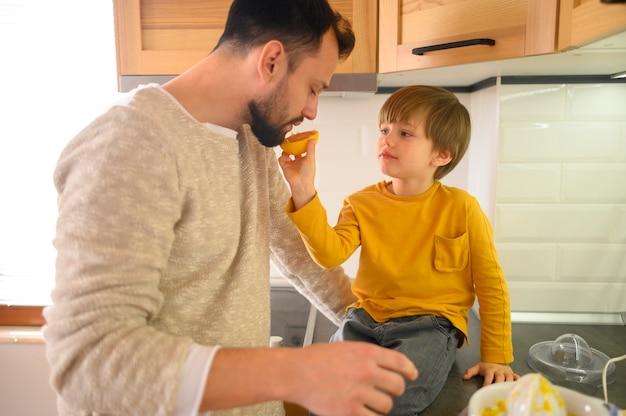 Niño dando a su padre la mitad de naranja