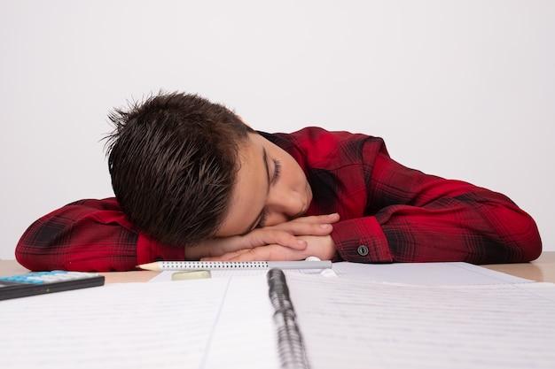 Niño deprimido en la mesa en clase
