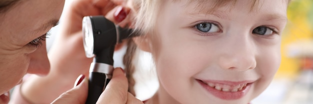 Niño con desviación de la audición del examen médico